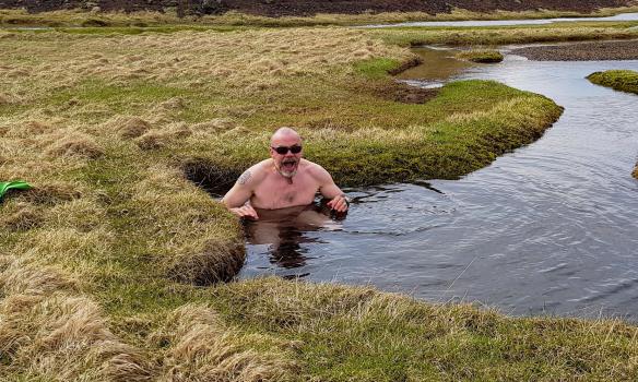 Gulli glaður að komast í smá bað