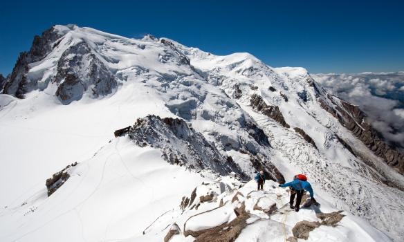 Á Cosmiques, MtBlanc du Tacul fremst, þaðan glittir í spindriftið af Mt Maudit og loks Mt Blanc með sinn hvíta koll