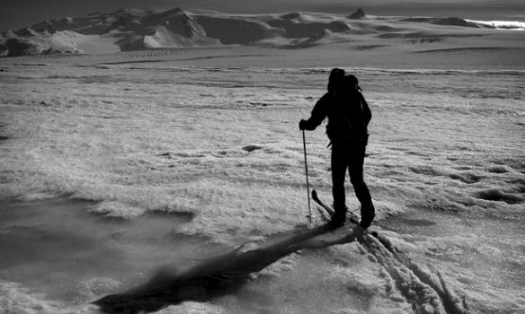 Þórhallur gengur á skíðum niður Breiðamerkurjökul. Í baksýn sést í Öræfajökul.
