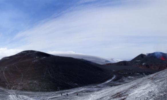 Mikill fjöldi er á þessum útsýnispöllum sem náttúran skapaði fyrir þennan atburð.