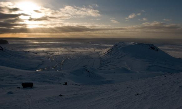 Sólstafir yfir suðurströndinni í baksýn á leiðinni upp.