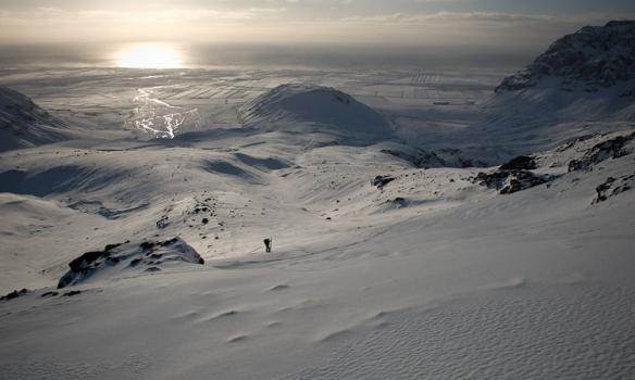 Gummi þurfti að taka skíðin af á nokkrum stöðum þarsem skinnin hjá honum virtust ekki ráða við hallann.