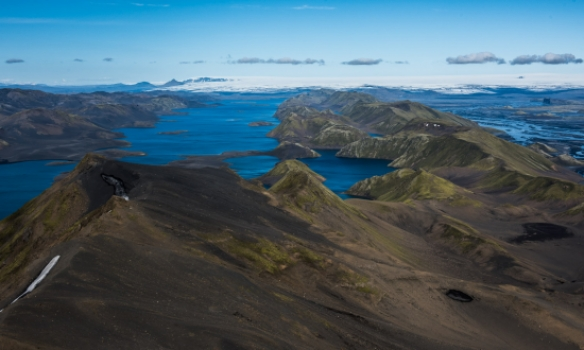 Hér sést Langisjór og Fögrufjöll fyrir miðju, i bak sést í Tungnafellsjökul, Bárðabundu og Vatnajökul. Til hægri er Tröllhamar