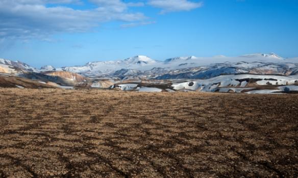 Flott mynstur í jarðveginum og Torfajökull í baksýn