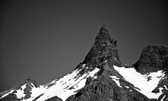 Aðdráttarmynd frá Staðarborg, hér sést hversu brattur tindurinn er, leiðin liggur upp með vinstri hliðinni.