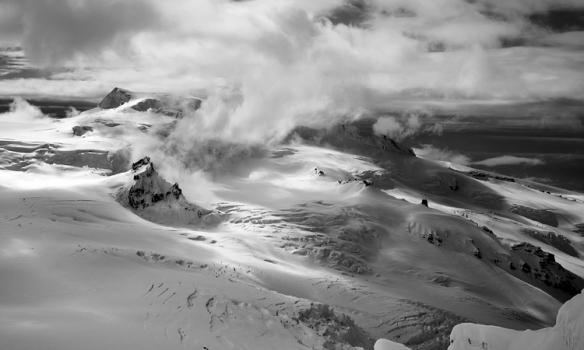 Þessi er tekin af brún Norðurtinds og hægra megin sést glitta í hátind Hvannadalshnjúks, nær er Tindaborg og hægra megin við/undir skýjunum er Dyrhamar. Svínafellsjökull byrjar þarna að brotna úr skálinni svona skemmtilega.