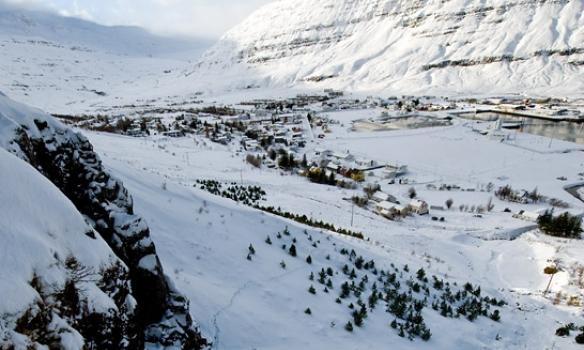 Dabbi að komast uppá brún og kallandi stríðsöskur og hvatningar niður.
