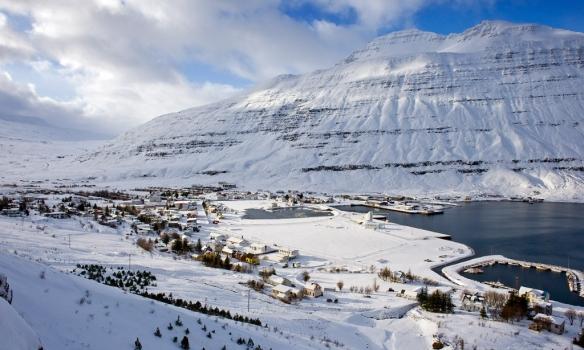 Seyðisfjörður og fjallið Bjólfur í baksýn.