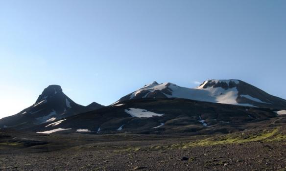 Loðmundur lengst til vinstri, keilu-tindurinn þarna hægra megin við er Snækollur, en það er hæsti tindurinn þarna.