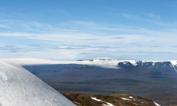 Hérna sést Eiríksjökull(1675m) gægjast uppúr Langjökli. Geitlandsjökull til vinstri.