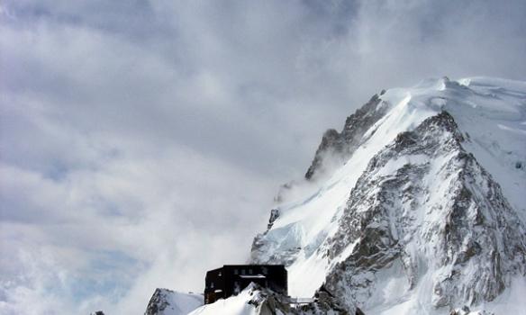Túristi á leið í Cosmiques séð frá botni Cosmiques ridge.