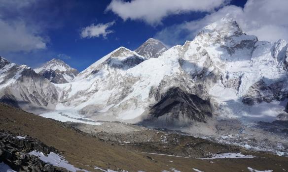 Everest, base camp er við jökulinn vinstra megin