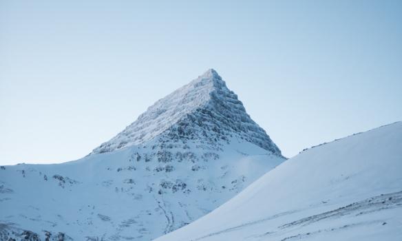Skessuhornið blasir við af leiðinni upp.