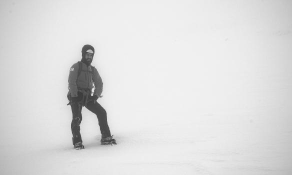 Haraldur skimar um eftir hryggnum.