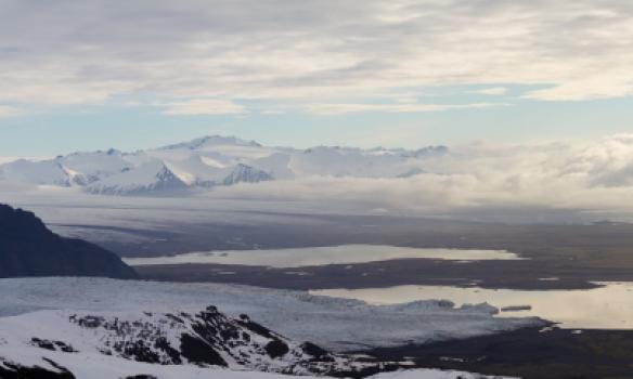 Fjallsárjökull og Fjallsárlón, við himinn ber Þverártindsegg.