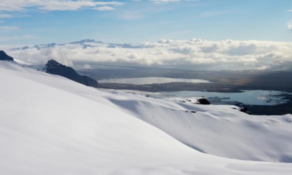 Breiðamekurjökull og lón undir skýjunum.