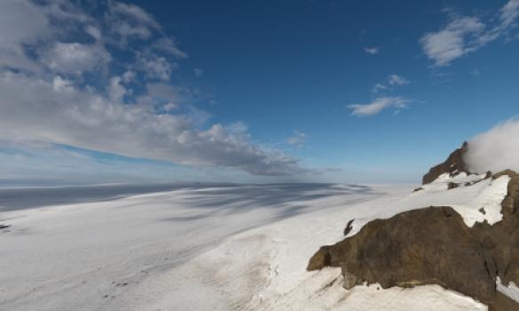 Miðfellstindur og slétta suður-Vatnajökuls.