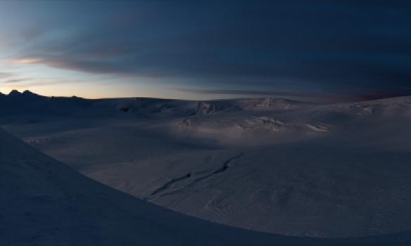 Kvöldskot af skálinni norðan við Hnúk