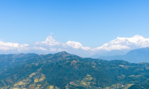 Annapurna fjallgarðurinn í fjarska