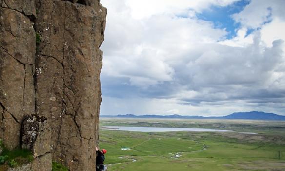 """Settum upp svo toprope til að leika okkur í aðeins """"erfiðari"""" leiðunum. Einar að klifra, Addi tryggir."""