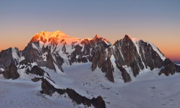 Fyrstu sólargeislar dagsins snerta top Mont Blanc
