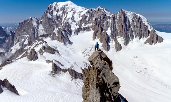 Arnar á toppi fyrri tindsins. Mont Blanc í baksýn