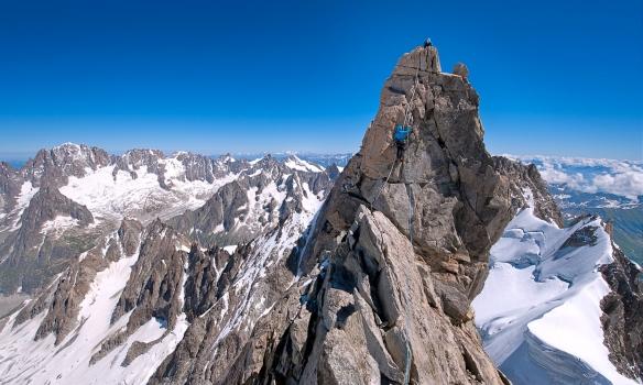 Arnar klifrar síðustu metrana á topinn