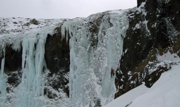 Gummi klifrar Letileiðina í Teitsgili.
