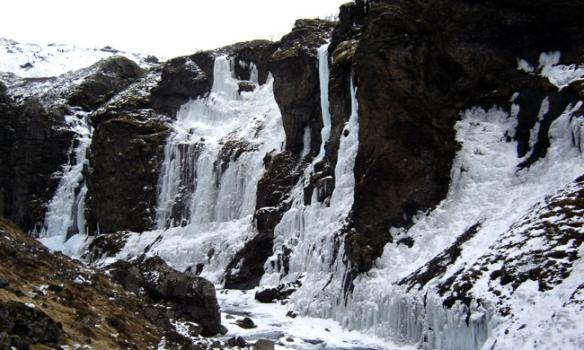 Komnir inní gilið. það voru sæmilegar leiðir hægra megin, því sólin skín ekki þangað.