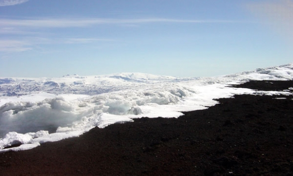 Hér sést yfir tindfjöll og Eyjafjallajökull sést standa uppúr öllu þarna aftast.