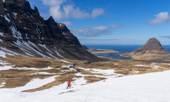Arnar rennur sér niður í Þröskuldadal