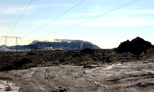 Hér erum við að keyra eftir línuveginum, komin við hliðiná Skjaldbreiði og farin að sjá Hlöðufellið sæmilega.