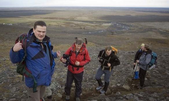 Byrjað er að ganga frá bílastæðinu sem sést glitta í þarna bakvið, greinilegur göngustígur er upp á Sandfellið sjálft.