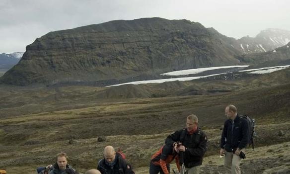 Smá vatnspása, í baksýn sést Svínafellsfjall og fyrir framan hann sést Virkisjökullinn þar sem hann sameinast Fallsjöklinum.