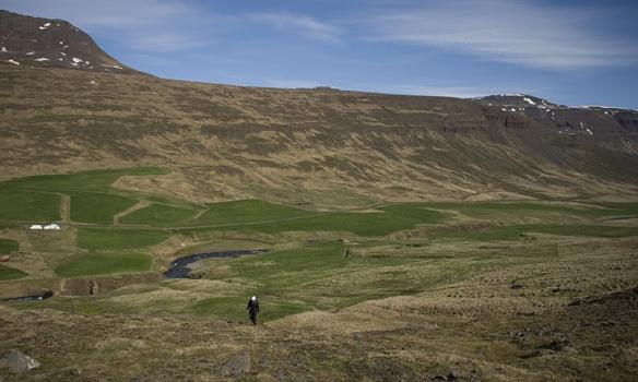 Gengið er upp frá bænum Staðarbakka í Hörgárdal.