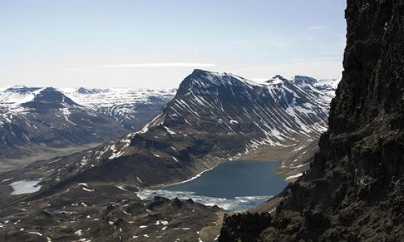 Horft í Öxnadal, Hraunsvatn sést þarna og Þverbrekkuhnjúkur sker frá við Öxnadalinn.