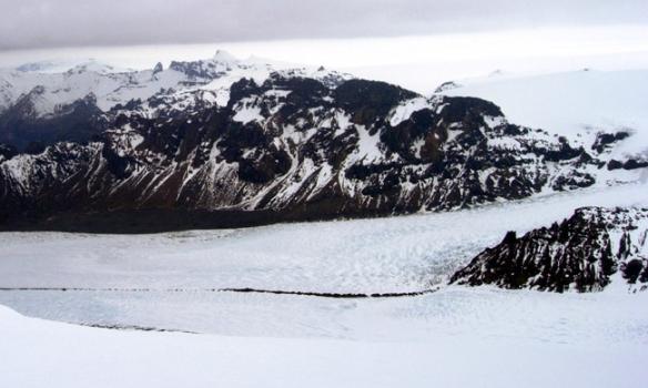 Skaftárjökull, skemmtilegt hvernig línan sem myndast útaf klettinum þarna heldur sér niður allan jökulinn.