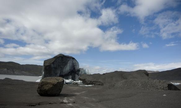 Hér erum við alveg að komast á jökulinn, nokkrir jakar úti í lóni.