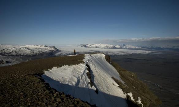 Þórhallur fer á austurhlutann til að virða fyfir sér útsýnið yfir Skeiðarárjökull.