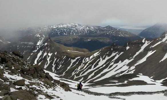 Gengið niður af tindinum, til hægri sést ofaní Hoffelsdalinn sem liggur upp frá Hornafirði.
