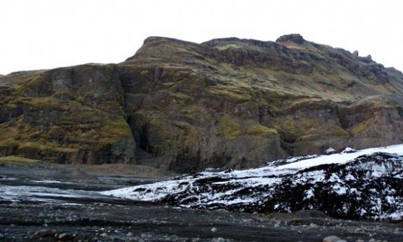 Hérna endar Sólheimajökullinn, það er bílastæði þarna rétt hjá, og það er ótrúlega mikil túristatraffík hingað.