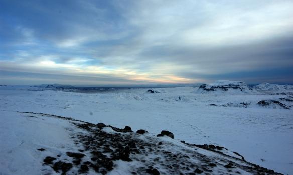 Horft til suðausturs, Hlöðufell hægra megin og Högnhöfði lengst til hægri í bak.