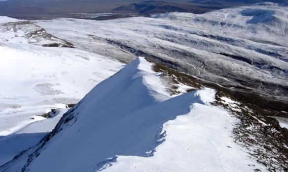 Horft niður hrygginn, í fjarska sést síðan í Skjaldbreið.