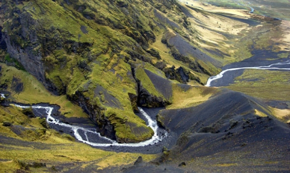 Hérna gengum við um, þið sjáið að áin fer inní klettinn þarna og út hinumegin.