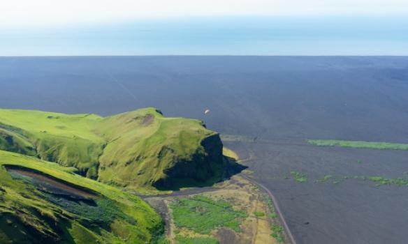 Ástríður flýgur við Hjörleifshöfða