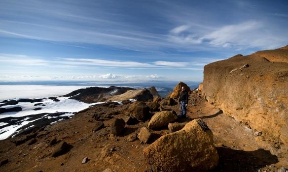 Addi skoðar Hveradalina með mér. Magnaður staður. Dyngjujökull í baksýn. Og í fjarska sést í sandrok norðan Gæsavatnaleiðar.