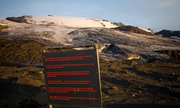 Þetta skilti er ekki þarna að ástæðulausu. en þarna sést í hellismunan, einnig sést þarna hvar við gengum upp á kverkina þarna vinstra megin, og fórum svo niður hægra megin í Löngufönn.