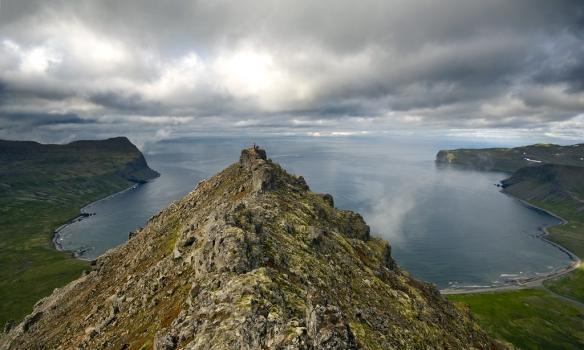 Kjalárnúpur til vinstri, norðurhluti Álfsfellshryggsins og hægra megin er Hælavíkurbjarg.