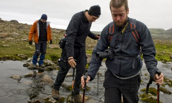 Á leið í Hornvík, Gummi vel græjaður og Halli og Palli elta.