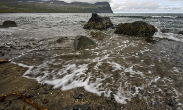 Það var að flæða rólega inn þegar við Gummi vorum að taka myndir í fjörunni.